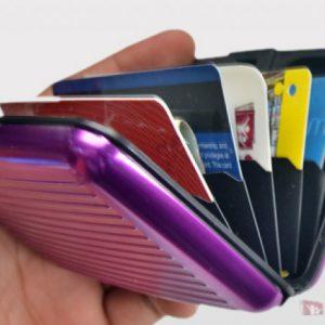 PORTADOCUMENTI PRATICO Portadocumenti rigido in metallo, custodia per tutti i tipi di documenti in formato tessera, bancomat e carte di credito.